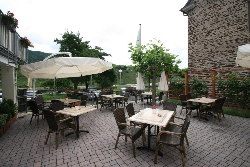 Terras bij restaurant hotel Berg in Bremm