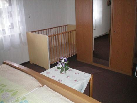Slaapkamer met kinderbedje in vakantiewoning Rita Heimes