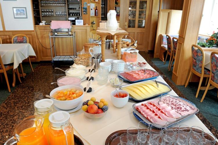 Ontbijtbuffet hotel Moselstrand