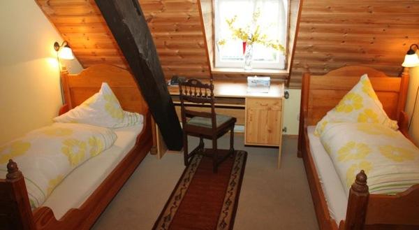 hotelkamer in tweepersoonskamer met aparte bedden in hotel Zum-Treppchen