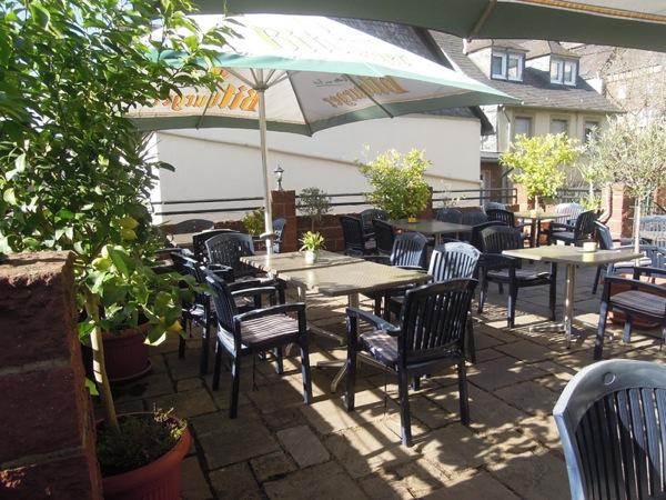 Terras van restaurant zur Sonne in Enkrich